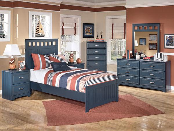 Мебель из натуральных материалов в комнате мальчика