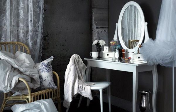 Туалетный столик ИКЕА Хемнэс в темном энтерьере