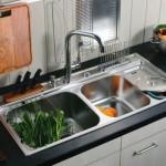 Многофункциональная мойка с множеством дополнительных чаш под кухонные принадлежности