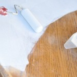 Процесс покраски стола