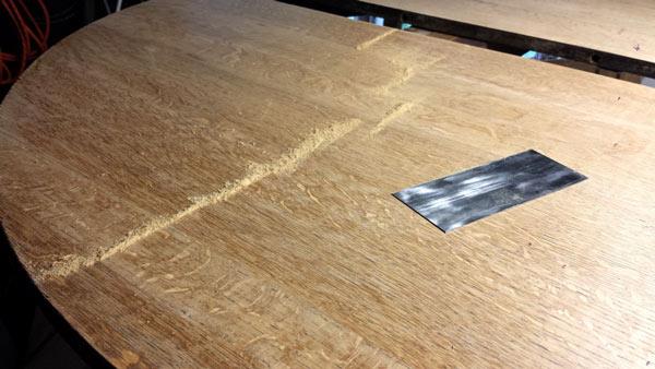 Обработка поверхности стола шлифшкуркой