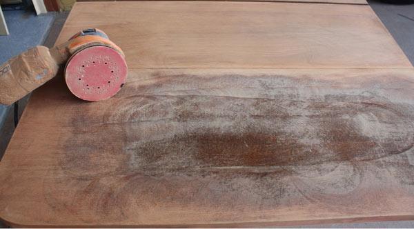 Обработка столешницы шлифовальной машинкой
