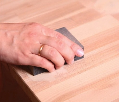 Процесс шлифования стола